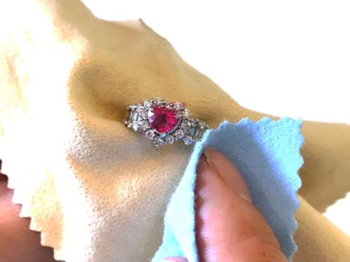 高価買取を叶える宝石使用時の注意点 宝石部分を触ったらしっかりと拭き取る