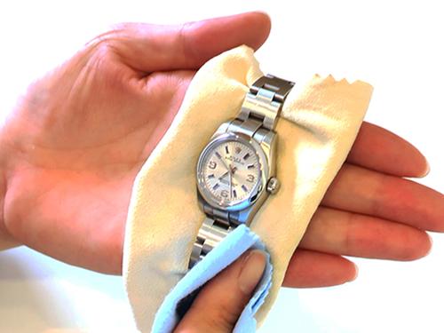 ブランド時計オメガ高価買取のための保管方法 化学製品を拭き取ってから保管する